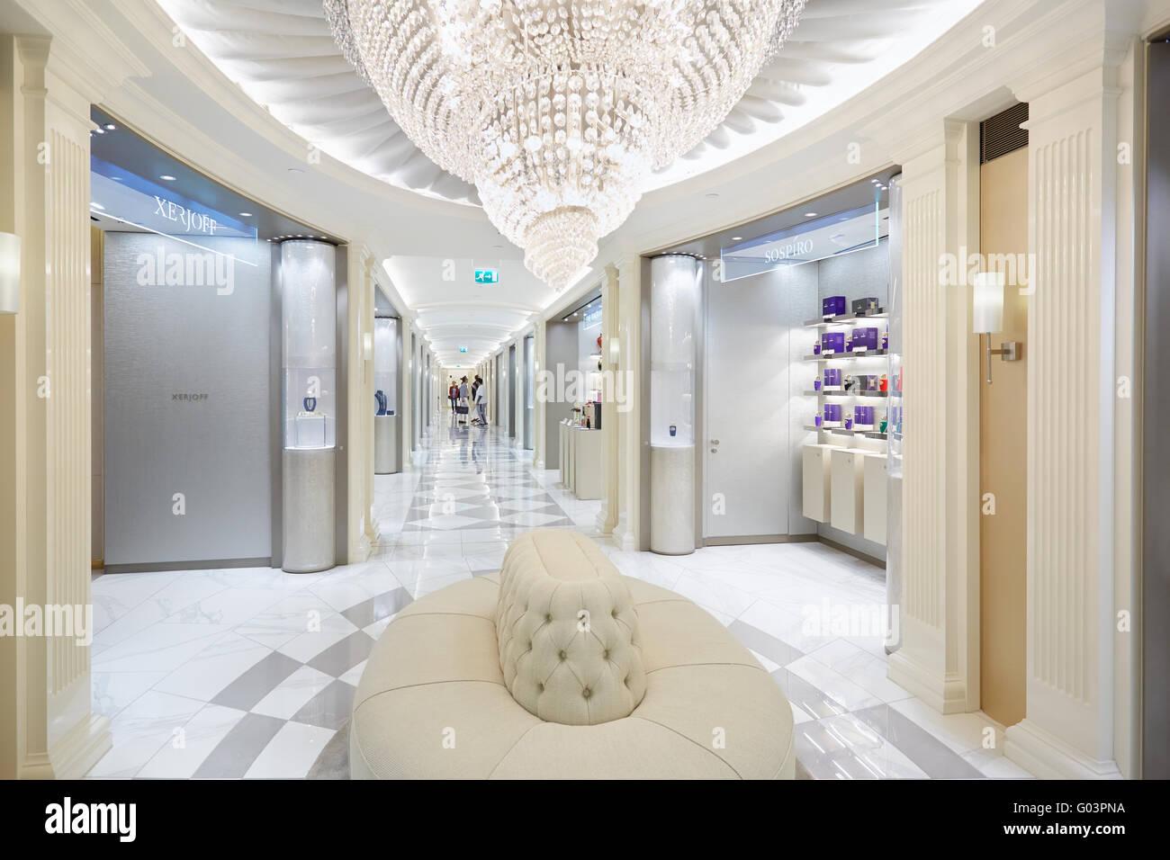 lintrieur du magasin harrods la parfumerie salon avec canap lustre en verre et londres