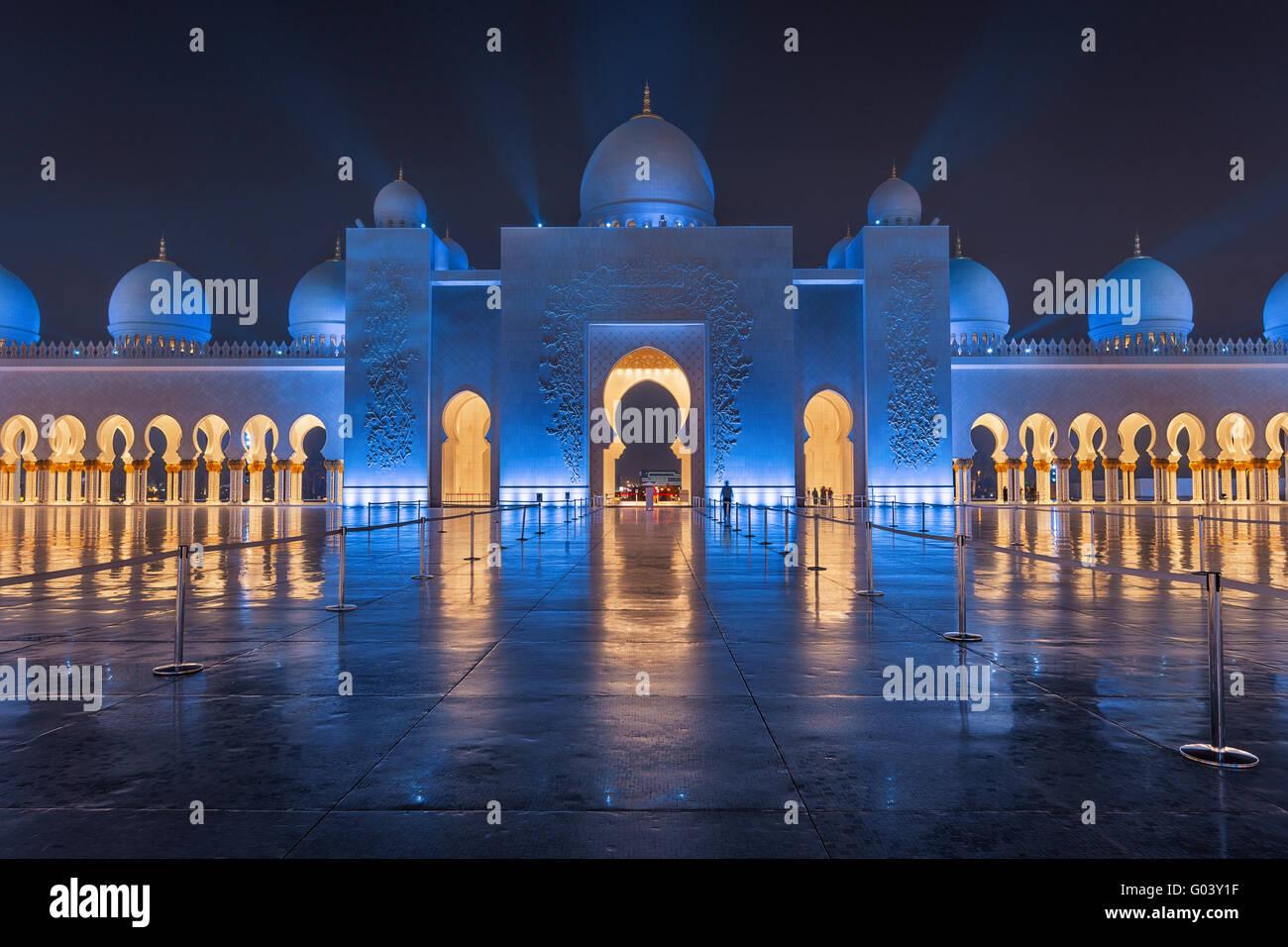 La Grande Mosquée Sheikh Zayed la nuit couverte de belles lumières bleues et les rayons de lumière Banque D'Images
