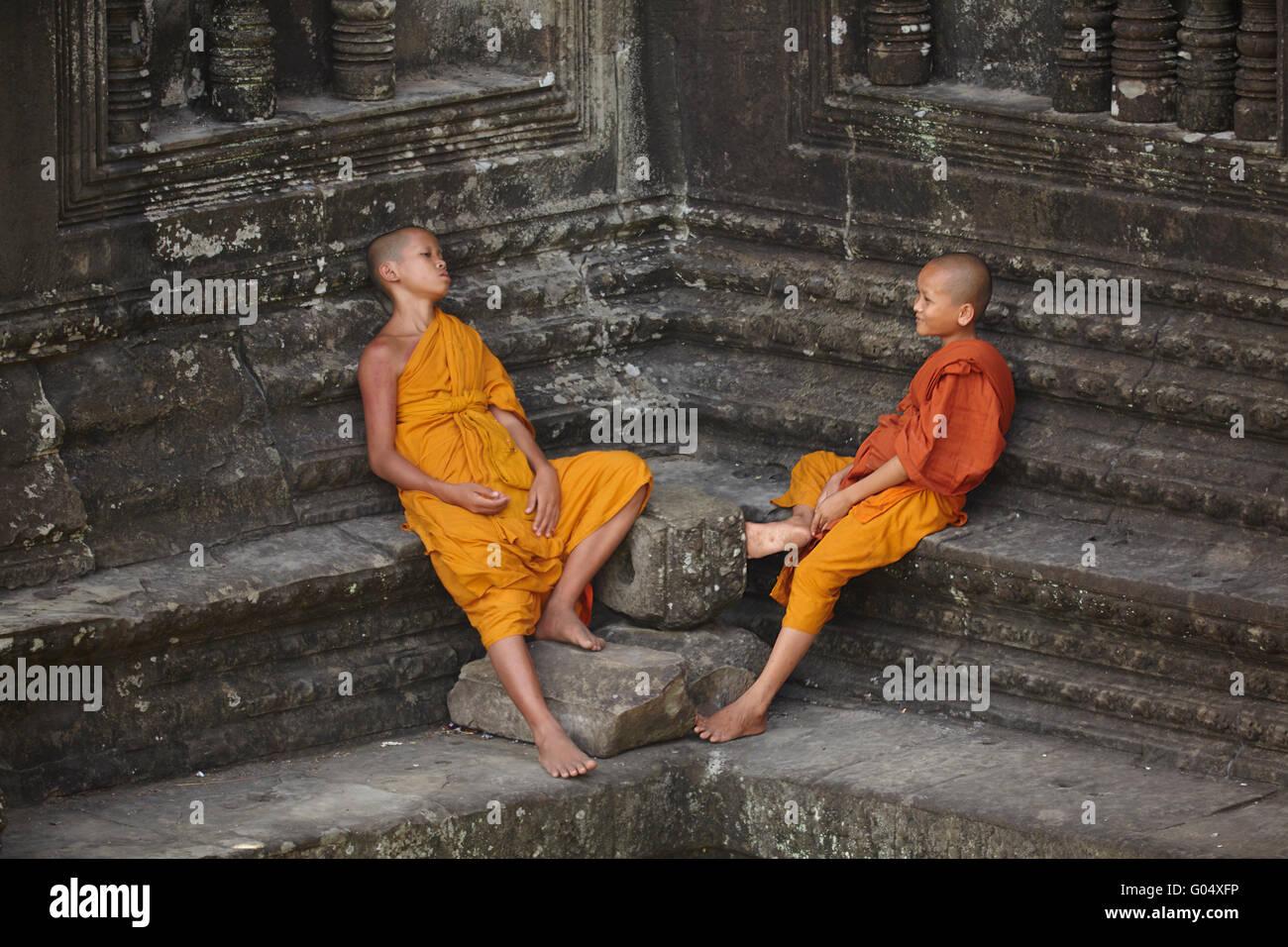 Les jeunes moines bouddhistes à Angkor Wat temple Khmer (12e siècle), site du patrimoine mondial d'Angkor, Photo Stock
