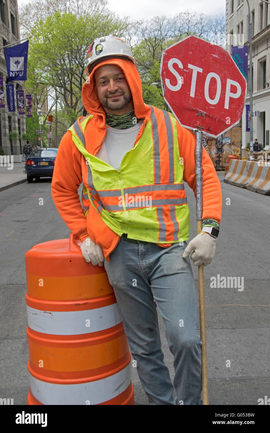 Portrait d'un travailleur de la construction de la ville de New York portant un gilet et casque dans Greenwich Photo Stock