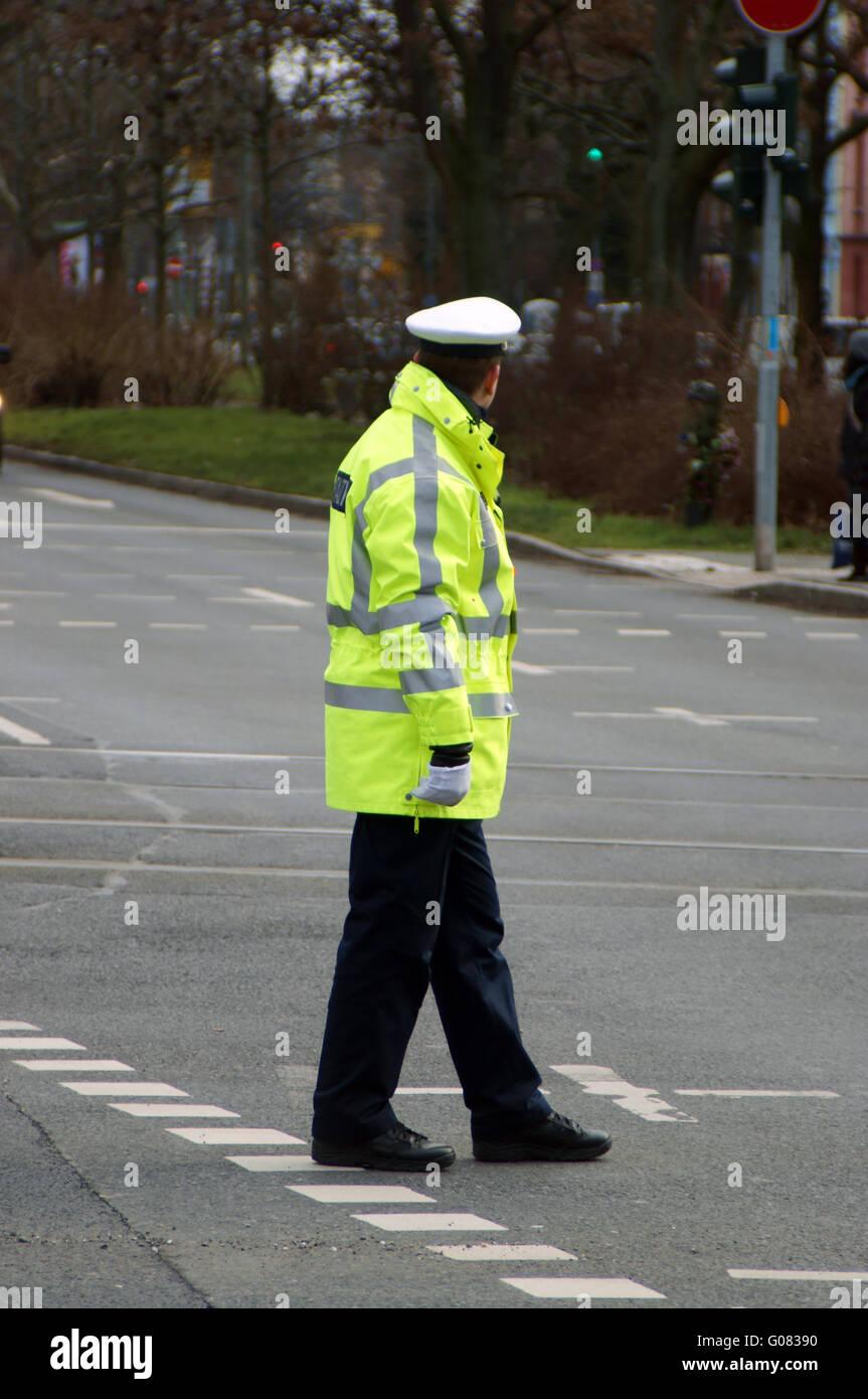 L'homme de la Police de la circulation à la croisée des chemins Photo Stock