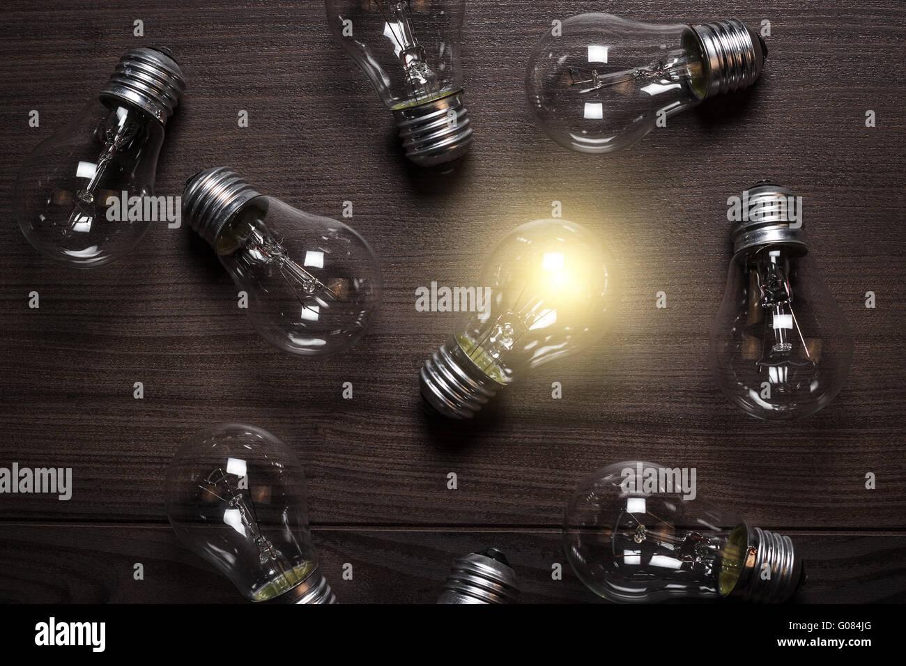 Ampoule incandescent sur fond de bois originalité con Photo Stock