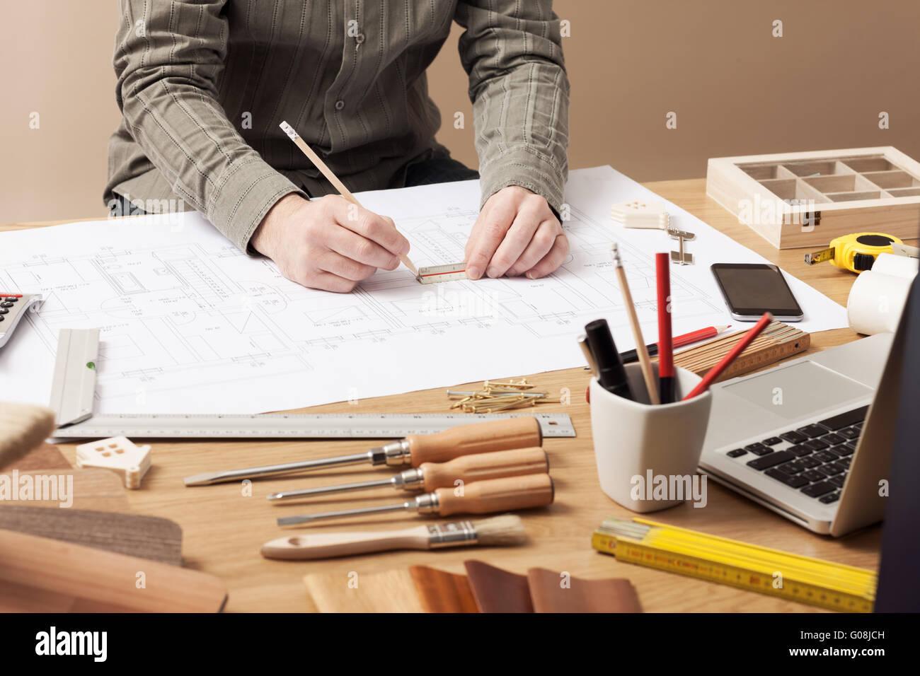 Architecte professionnel et de la construction ingénieur travaillant au bureau 24 mains close-up, il s'appuie Photo Stock