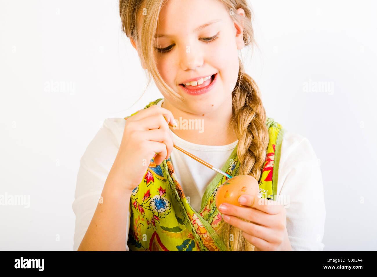 Jeune fille s'amusant pour Pâques oeufs peinture Banque D'Images