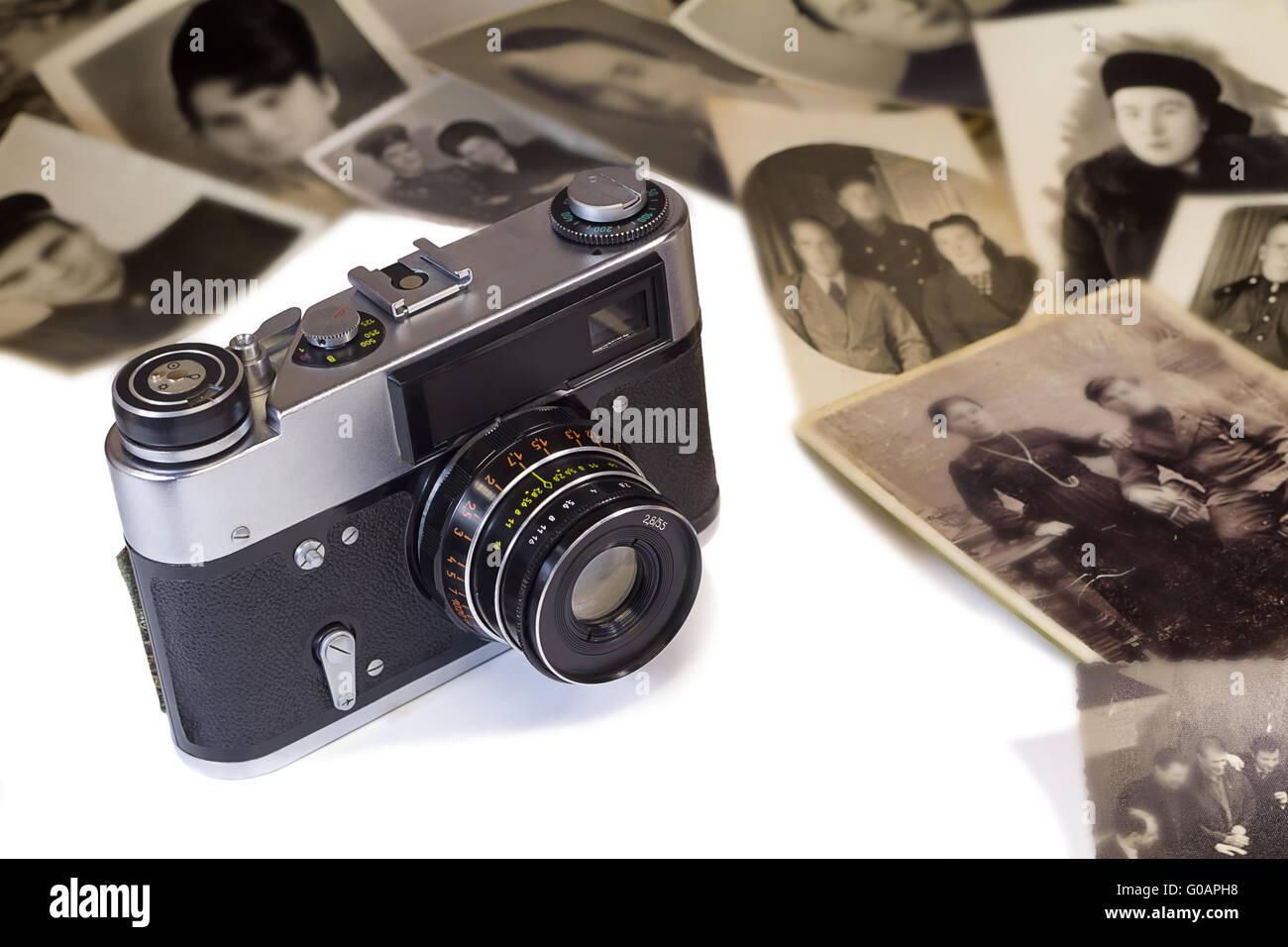 L'ancien appareil photo et photos anciennes sur fond blanc Photo Stock