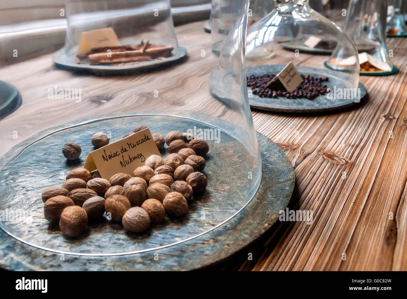 Les épices sous cloches, au premier plan la muscade Photo Stock