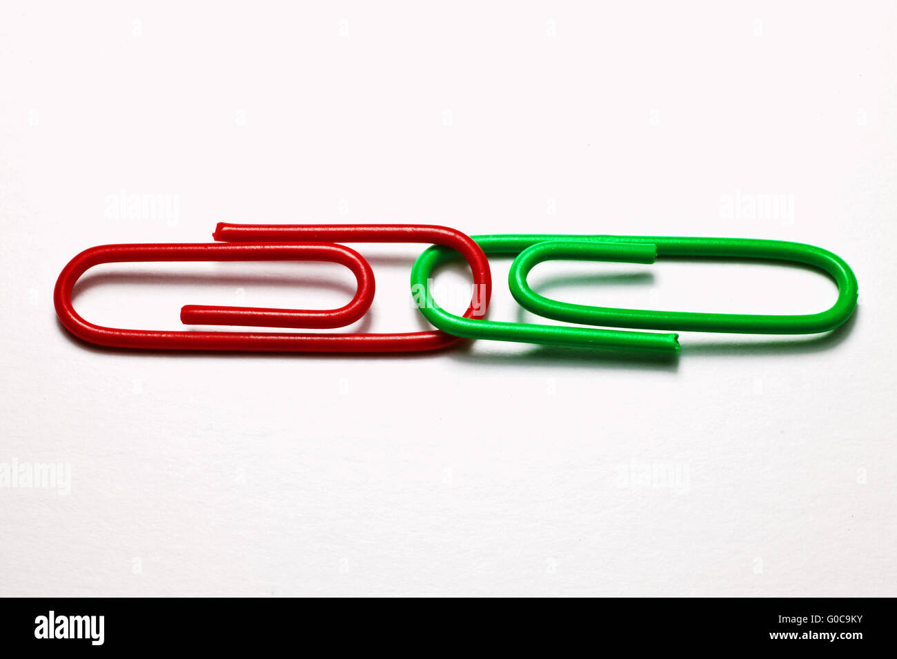 Le rouge et le vert les trombones, image symbolique Photo Stock