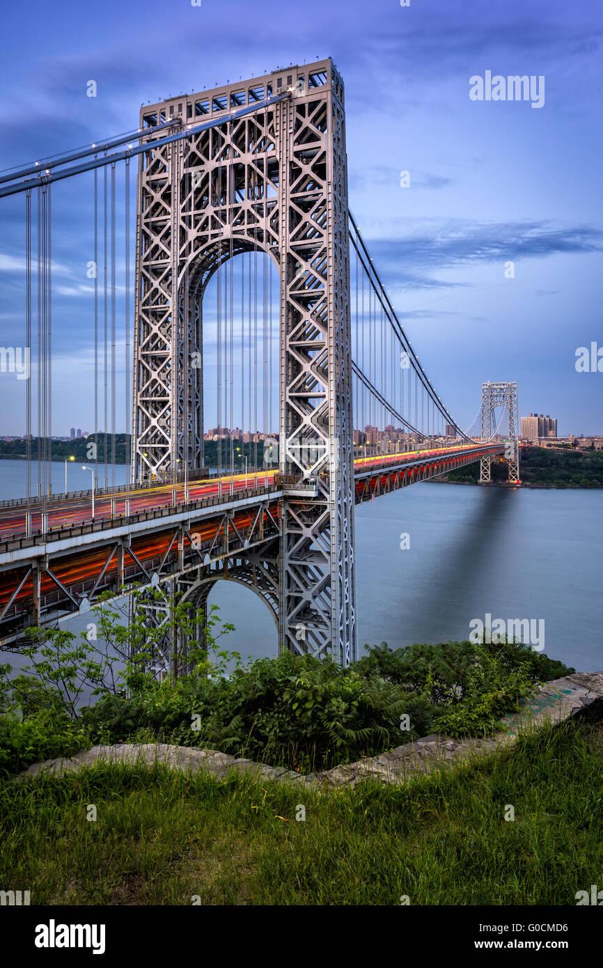 George Washington Bridge avec la voiture tout en légèreté et l'Hudson au crépuscule. Le pont suspendu liens New Jersey avec NYC Banque D'Images