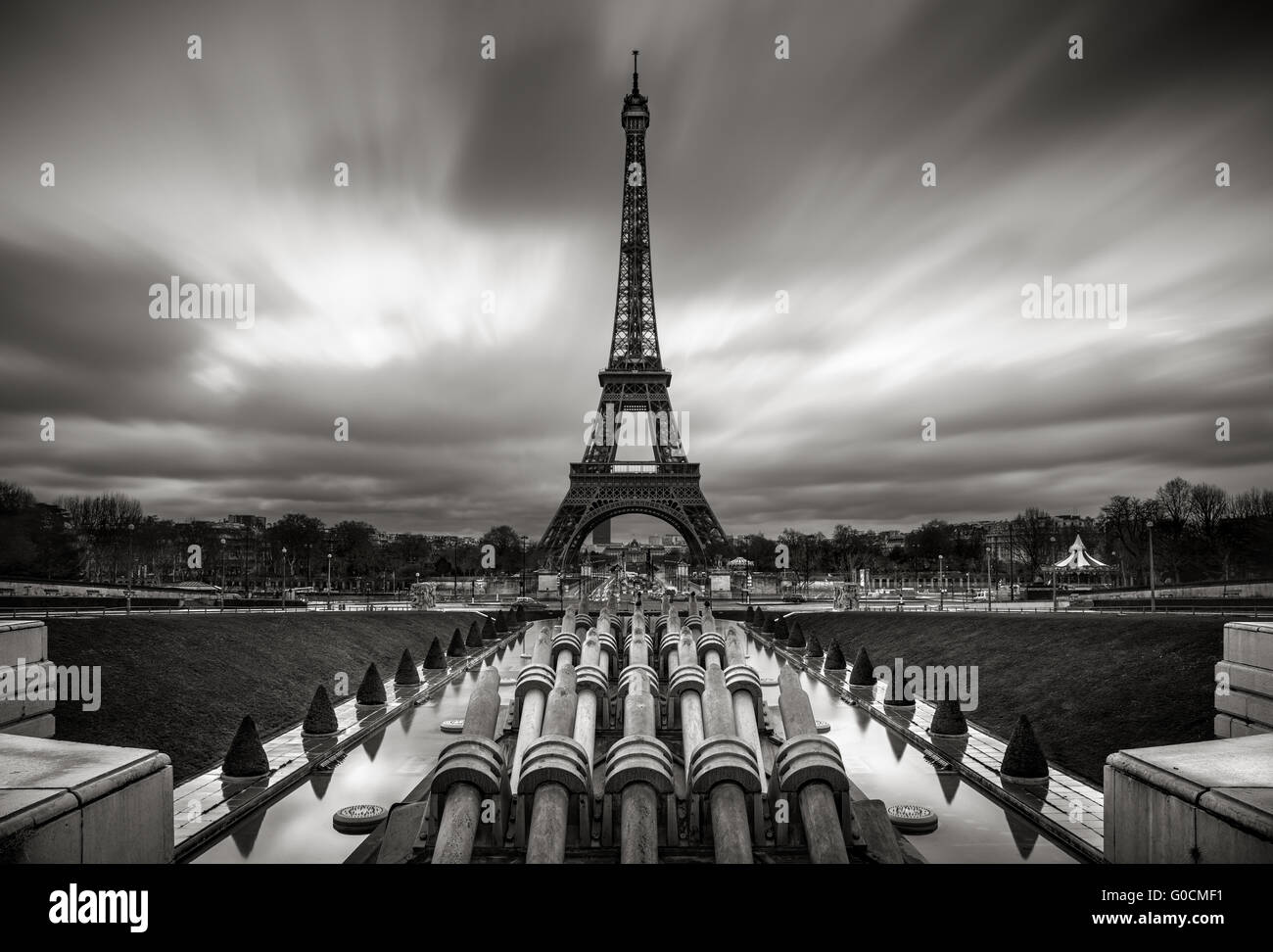 La Tour Eiffel et Trocadero au lever du soleil avec des nuages en mouvement rapide, Paris, France. Noir et blanc. Photo Stock