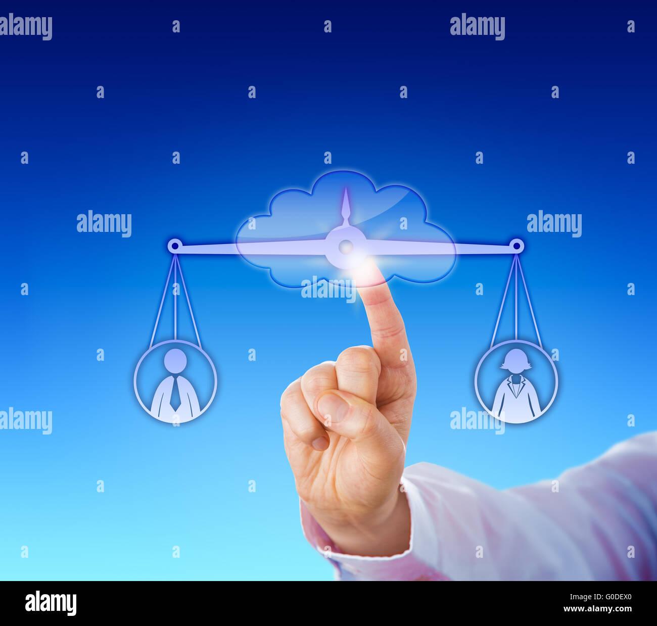 L'évaluation d'une femelle et d'un travailleur masculin dans le nuage Photo Stock