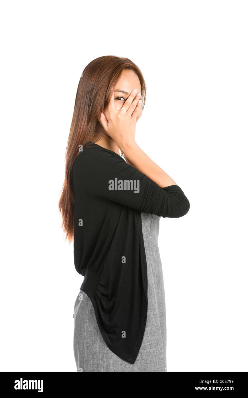 Couvrant la main doigt furtivement des yeux visage Femme Asiatique Photo Stock
