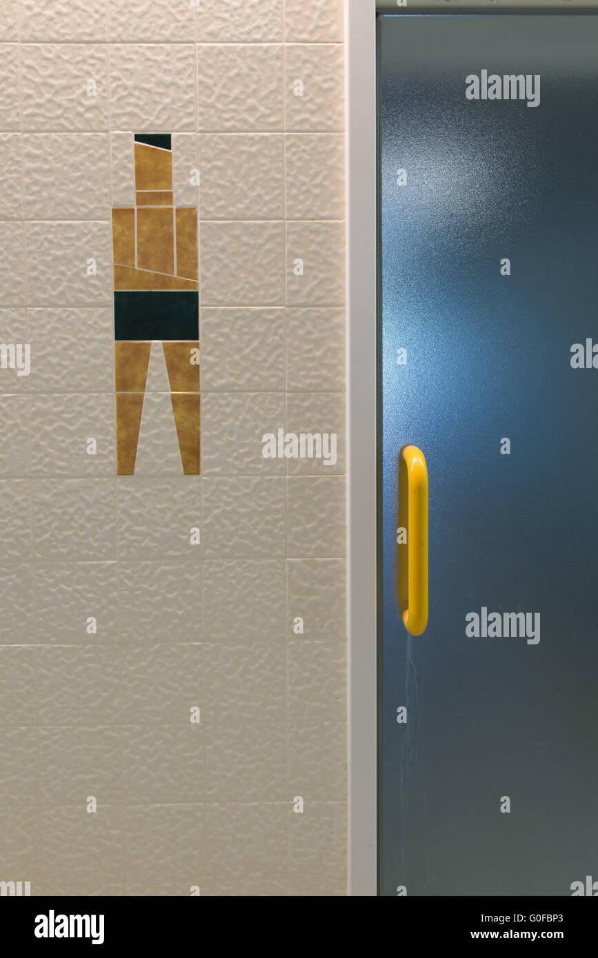 Douche pour les hommes dans l'ancienne baignoire seule thermique Photo Stock