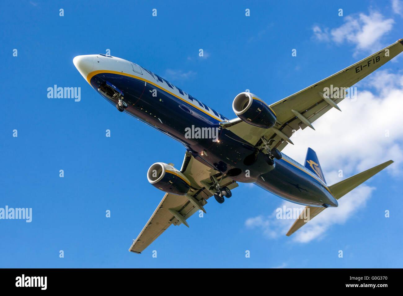 Boeing 737 avion Ryanair Approche pour un atterrissage à Prague, République Tchèque Photo Stock
