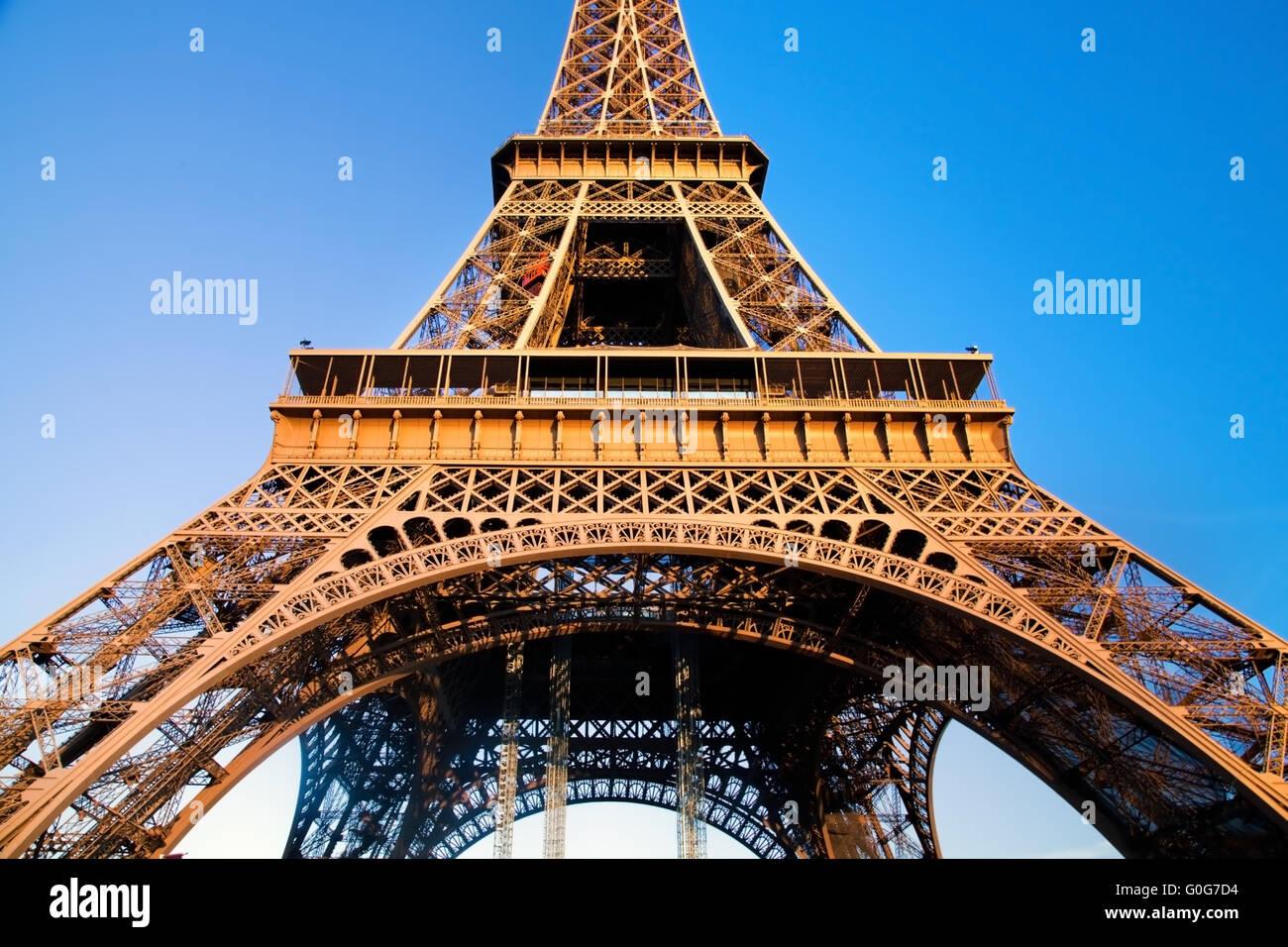 Tour Eiffel à angle large. Bleu ciel ensoleillé au milieu de la partie. Paris Photo Stock