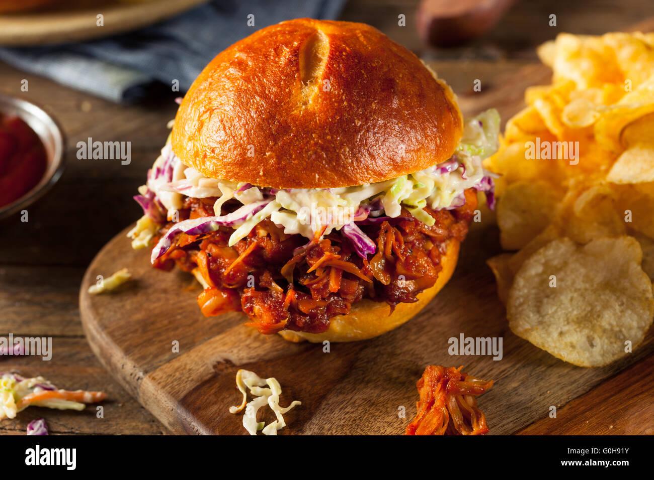 Vegan fait maison BARBECUE Jackfruit tiré sandwich avec de la salade de chou et frites Photo Stock
