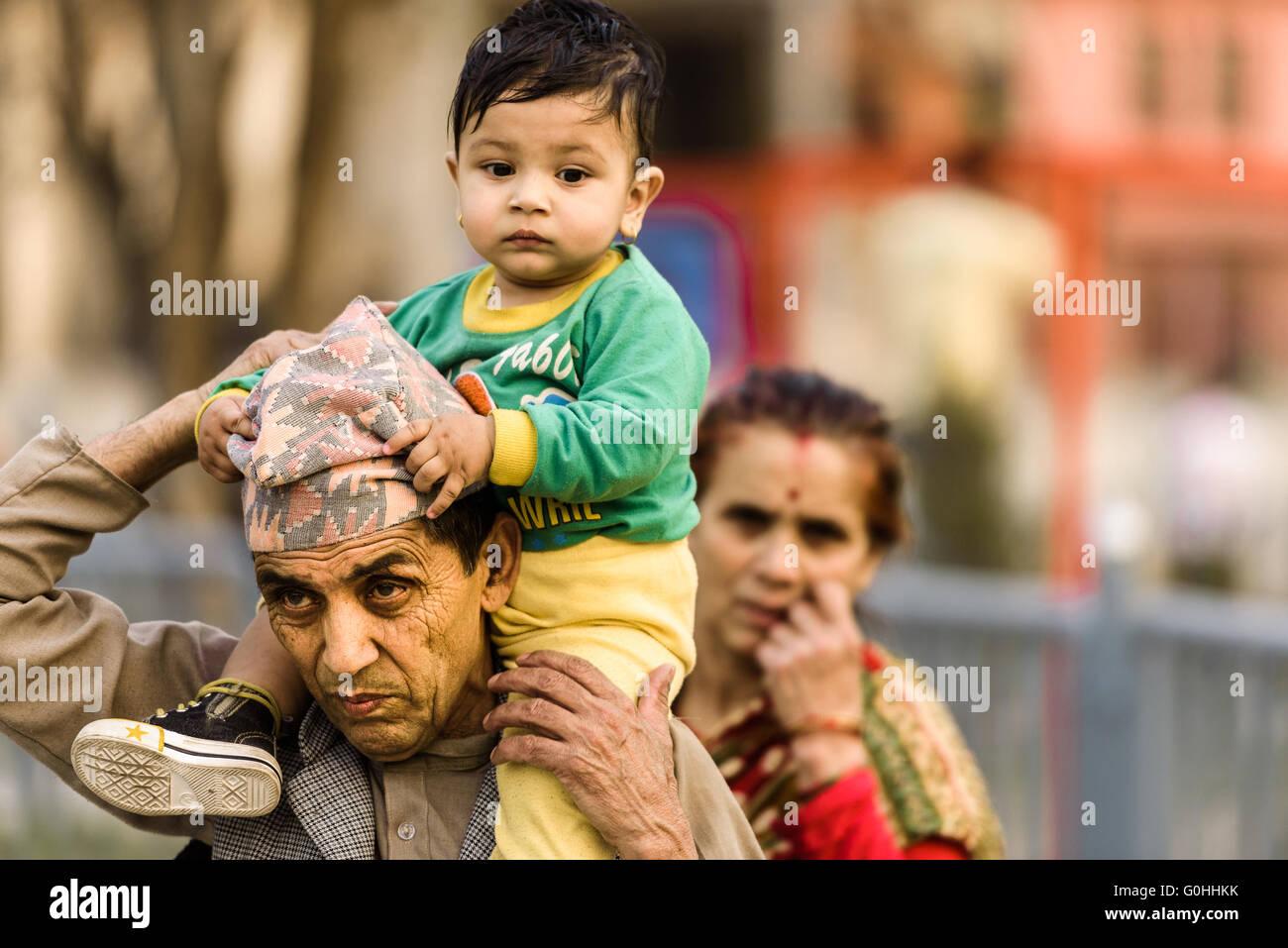 L'homme asiatique portant un enfant sur son épaule Photo Stock