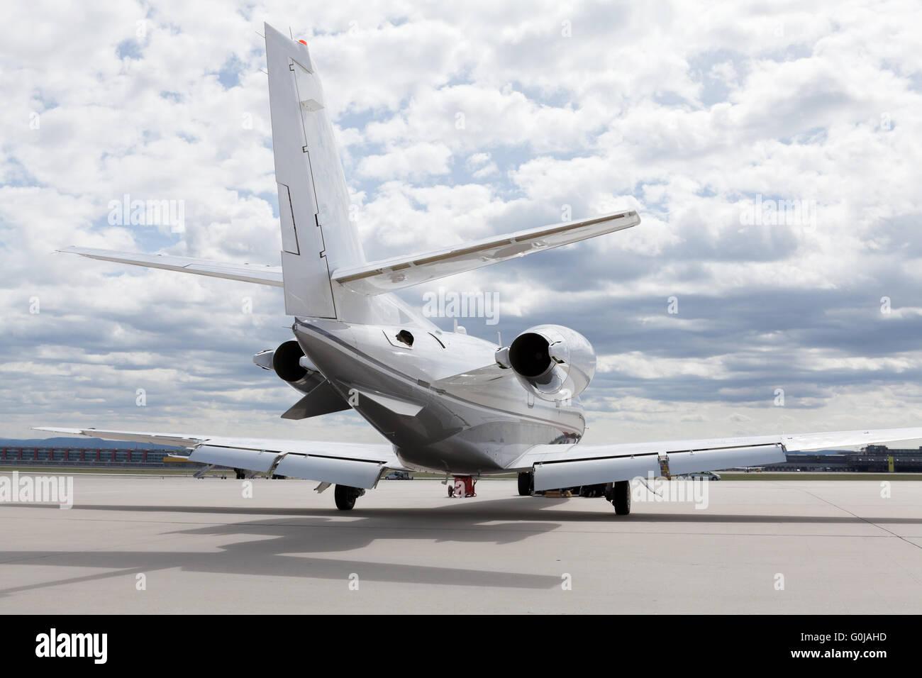 Avion avion en face de l'aéroport avec ciel nuageux Photo Stock