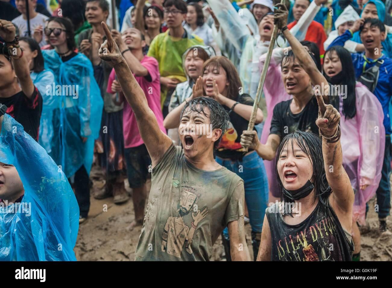 Suzhou, Province de Jiangsu en Chine. 2 mai, 2016. Music fans cheer à midi Festival à Suzhou Taihu, la Photo Stock