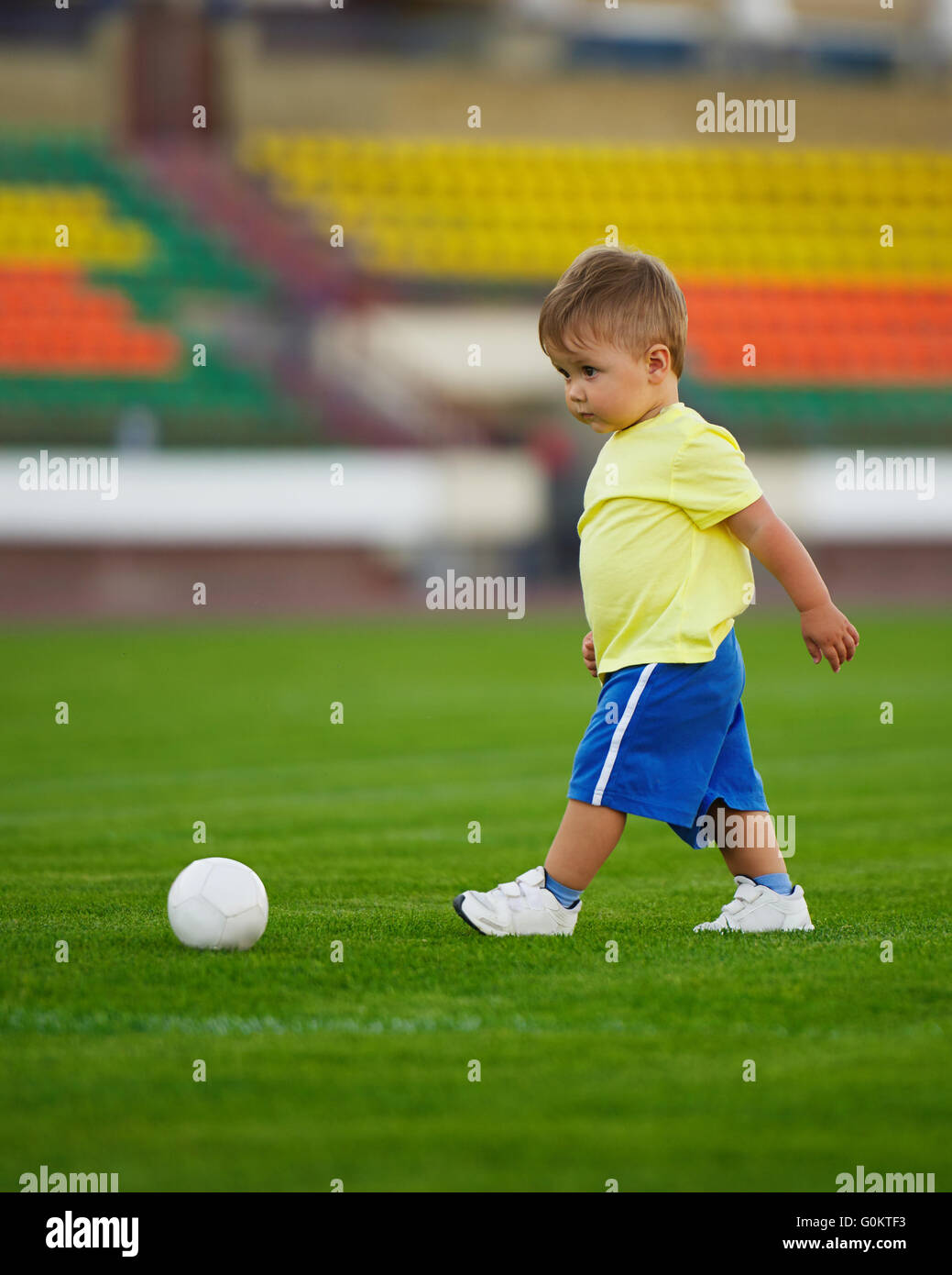 Peu Drole Garcon Sur Le Stade De Football Banque D Images Photo
