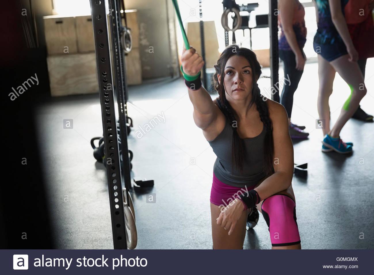 Femme à l'aide ciblée à gym bande de résistance Photo Stock