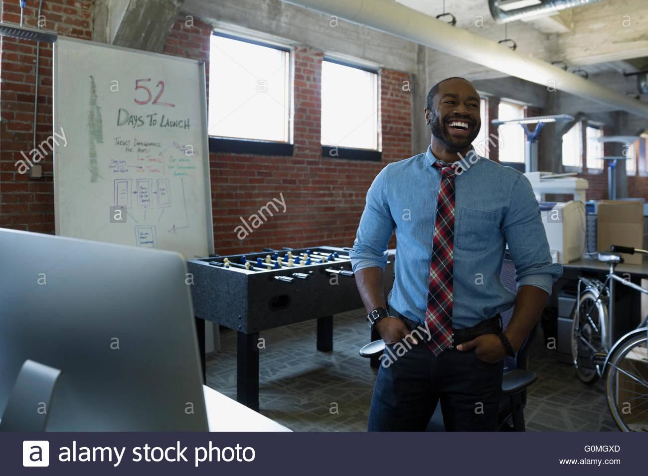 Nouveau bureau de l'entrepreneur en riant Photo Stock