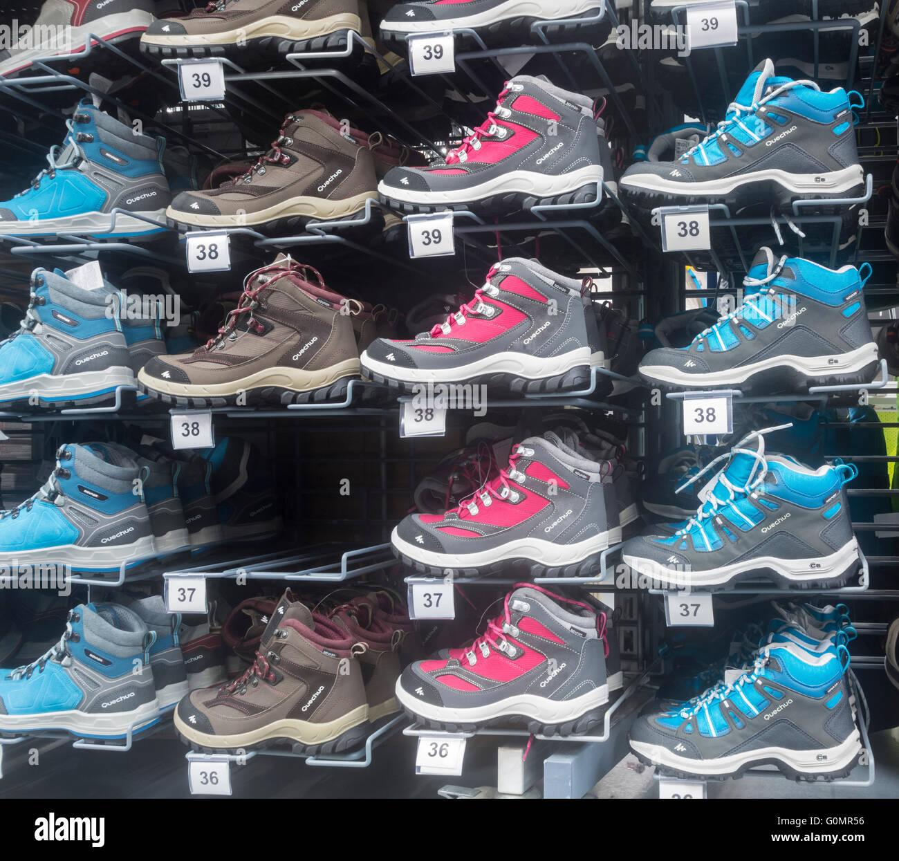 1c6cef094717 Chaussures de marque Quechua Decathlon en magasin. 'Est' Quechua  Decathlon's propre montagne/outdoor vêtements et chaussures de marque.