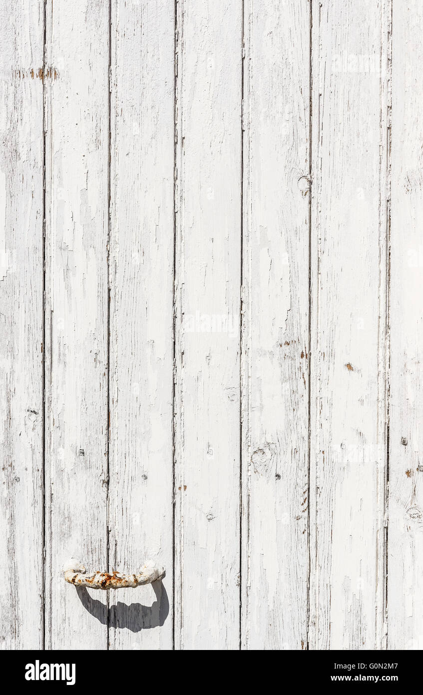 Patine Blanche Sur Bois porte en bois blanc patiné avec un bouton de métal rouillé