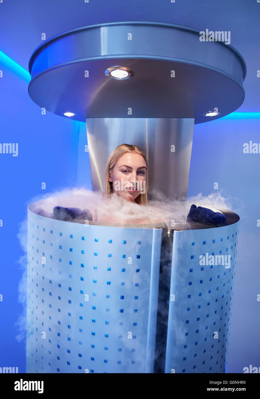 Portrait de belle jeune femme dans un corps complet de la cryothérapie à carrossage clinique cosmétologie. Photo Stock