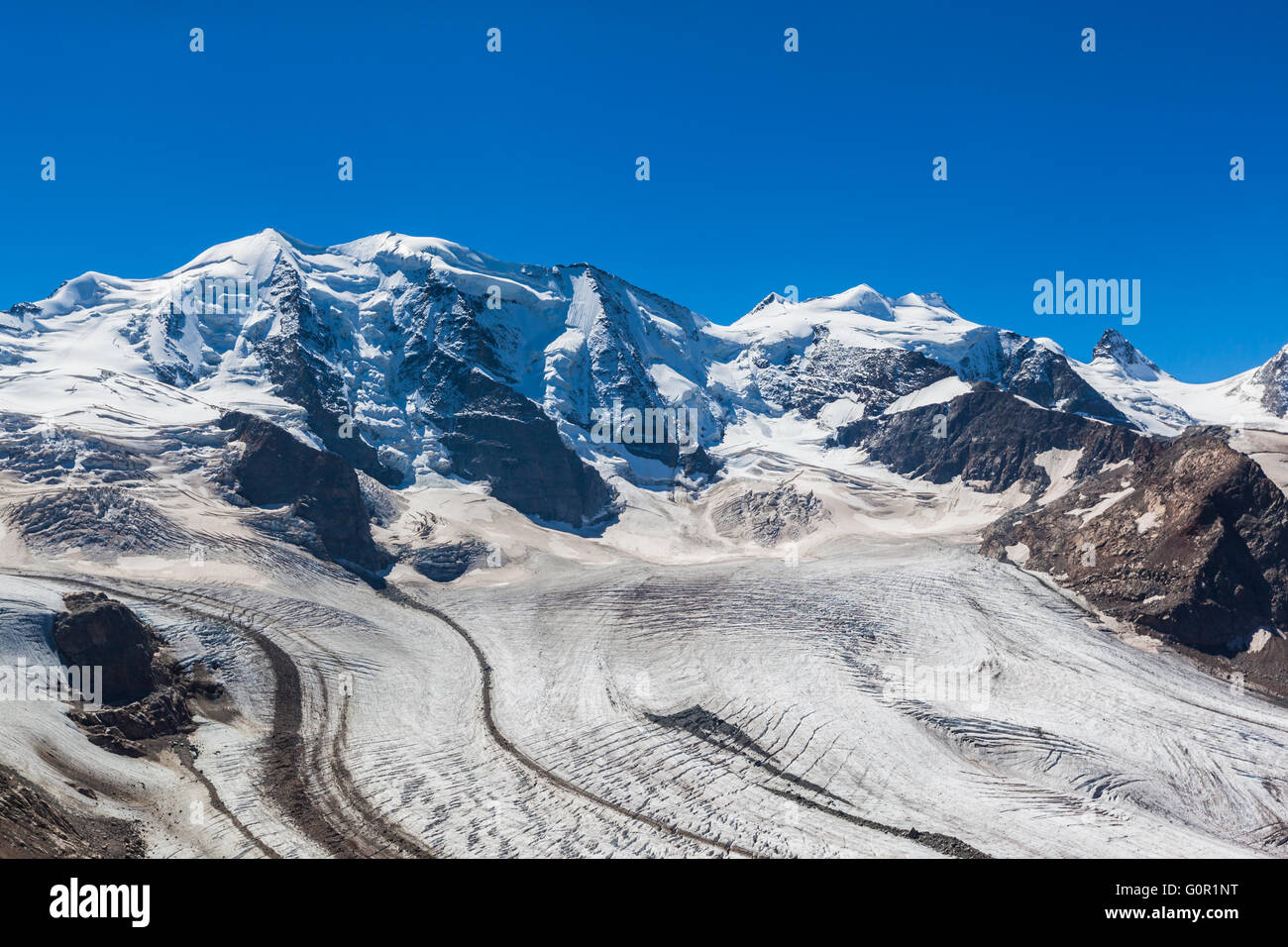 Vue imprenable sur le massif de la Bernina et le glacier Morteratsch à maison de la montagne de Diavolezza Photo Stock