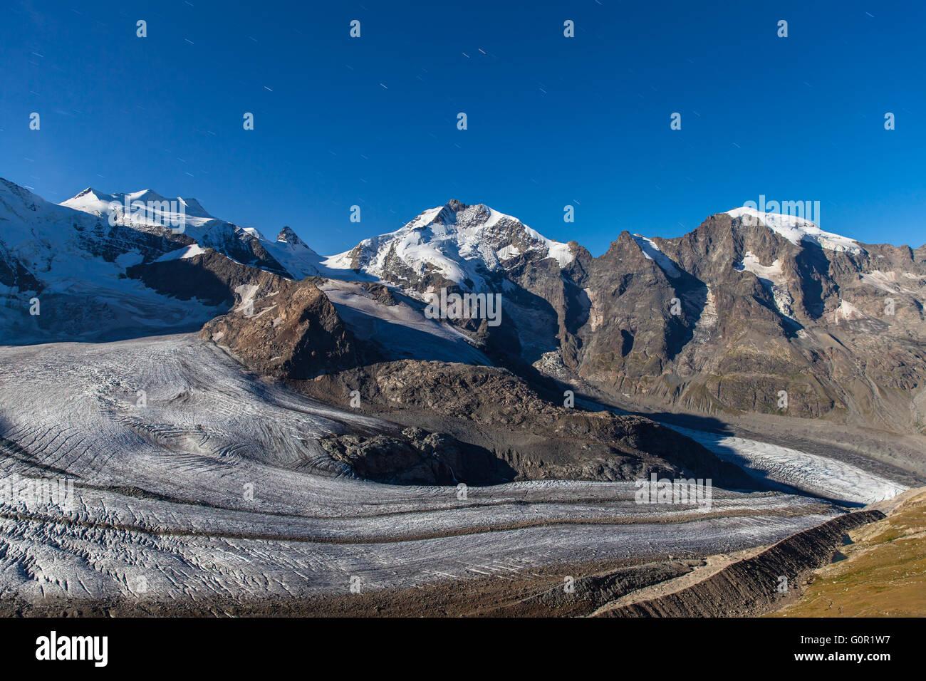 Vue nocturne de la Bernina et le glacier Morteratsch massive à la maison de la montagne Diavolezza, Engadine Photo Stock