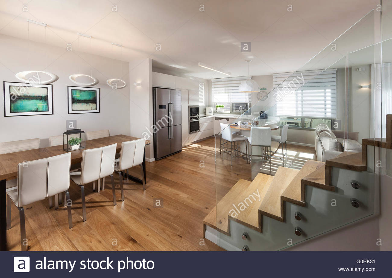 Maison moderne. Plan ouvert salon moderne et un coin repas. Escalier ...