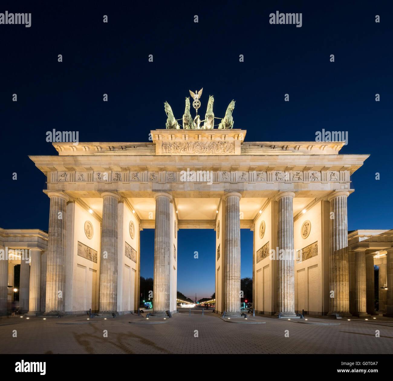 La porte de Brandebourg dans la soirée à Berlin Allemagne Photo Stock