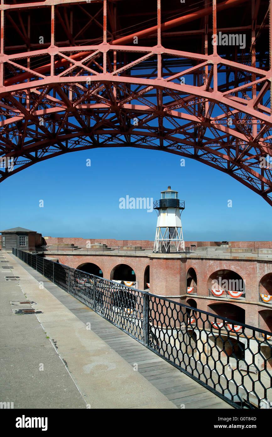 Golden Gate Bridge span sur un arc électrique phare, Fort Point National Historic Site, San Francisco, California Photo Stock