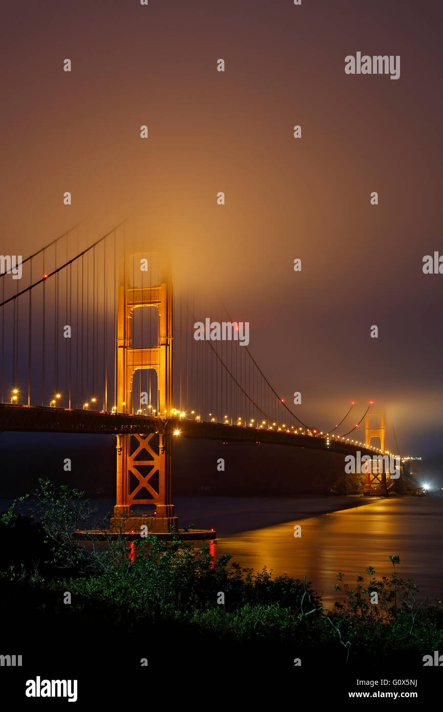 Le Golden Gate Bridge sous le brouillard, San Francisco, California USA Banque D'Images