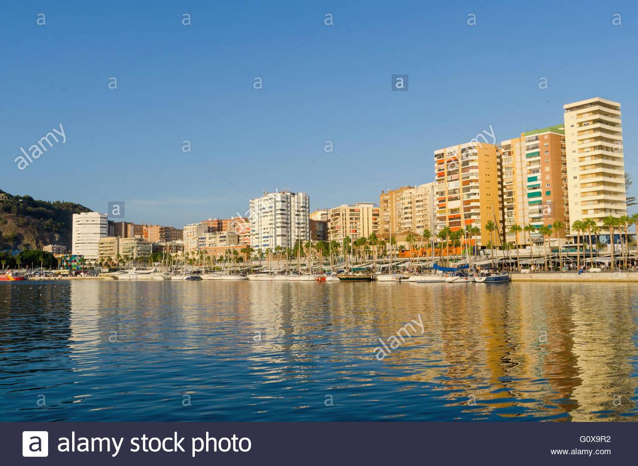 Bateaux amarrés dans le port de Malaga. Malaga, Andalousie, Espagne Photo Stock