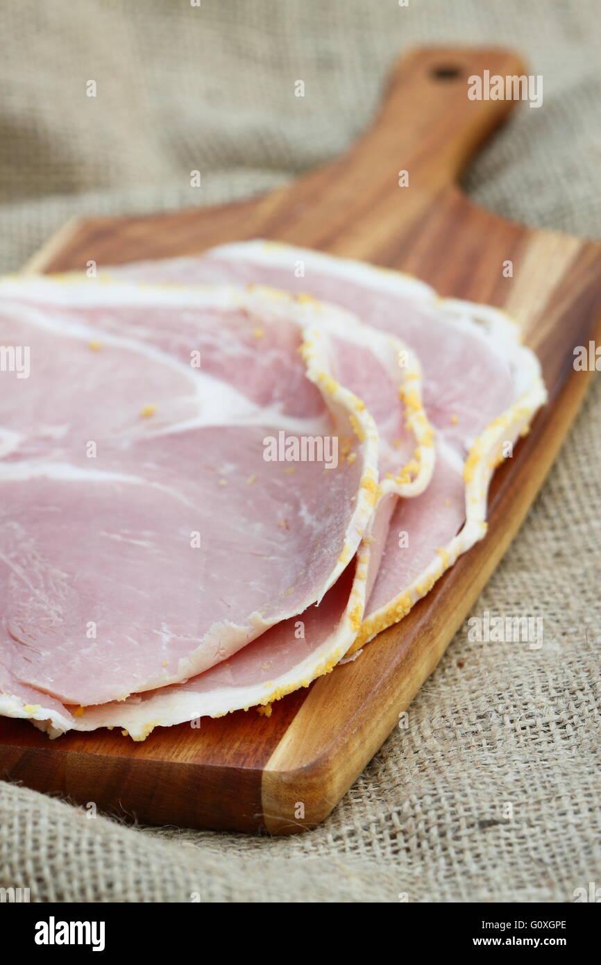 Tranches de jambon, planche à découper en bois Photo Stock