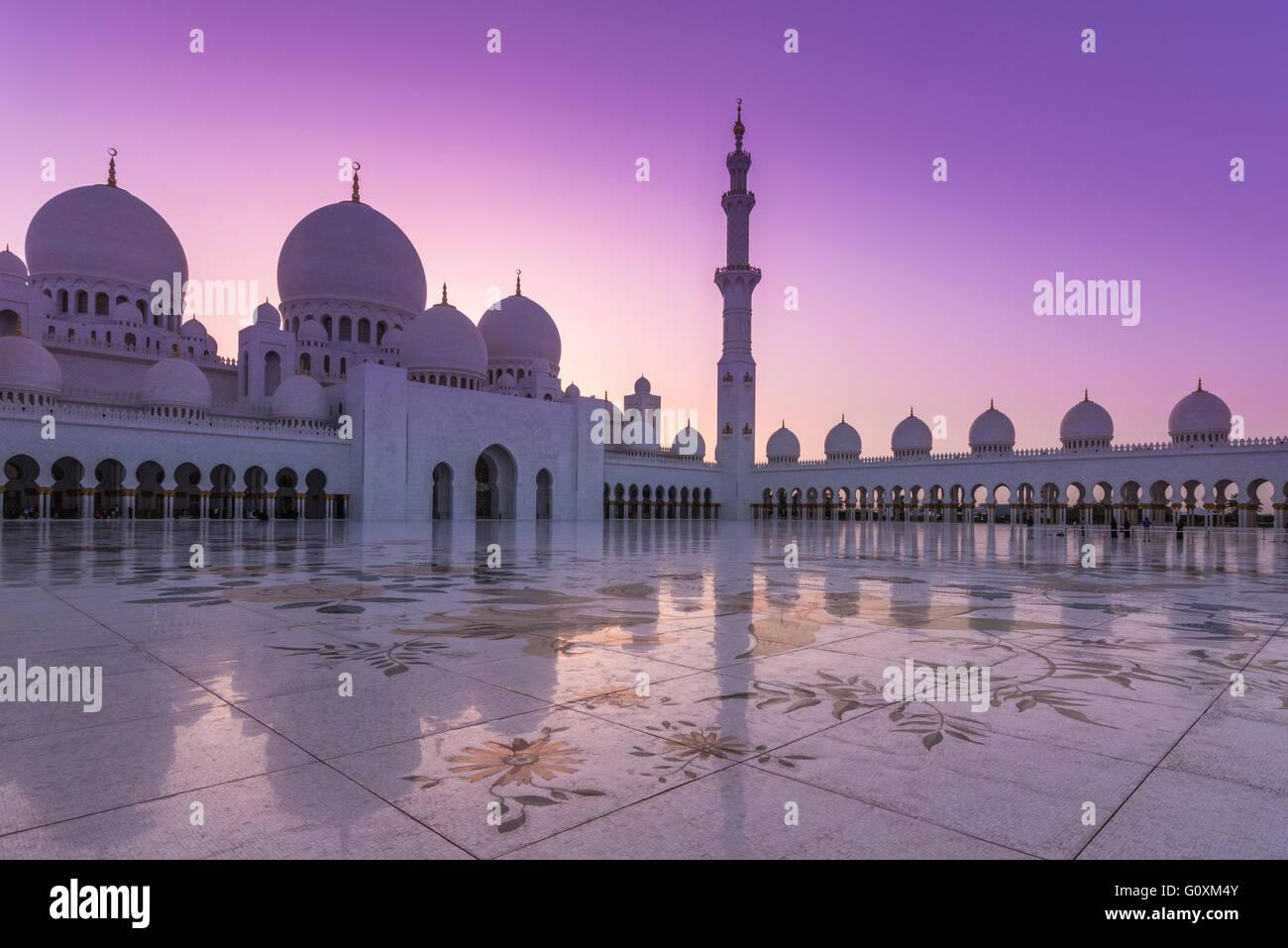 Grande Mosquée de Sheikh Zayed à Abu Dhabi, capitale des Émirats arabes unis au coucher du soleil Photo Stock