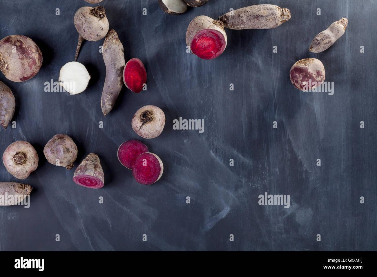 Les tranches de betterave et navet sur tableau noir du haut Photo Stock