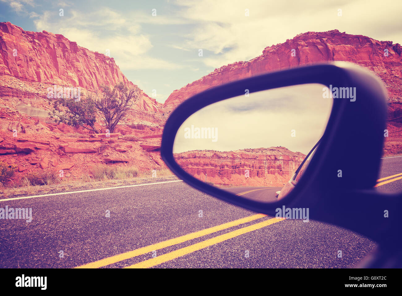 Vintage voiture stylisée wing mirror, se concentrer sur les montagnes, travel concept. Photo Stock