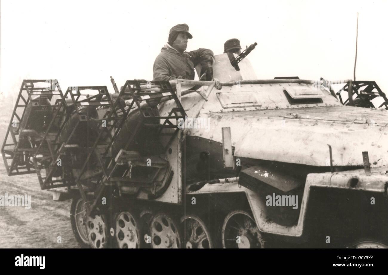 matériel a vendre ou échanger  Wehrmacht-camoufle-hiver-251-halftrack-equipees-de-lance-roquettes-multiples-sur-le-front-russe-hiver-1944-g0y5xy