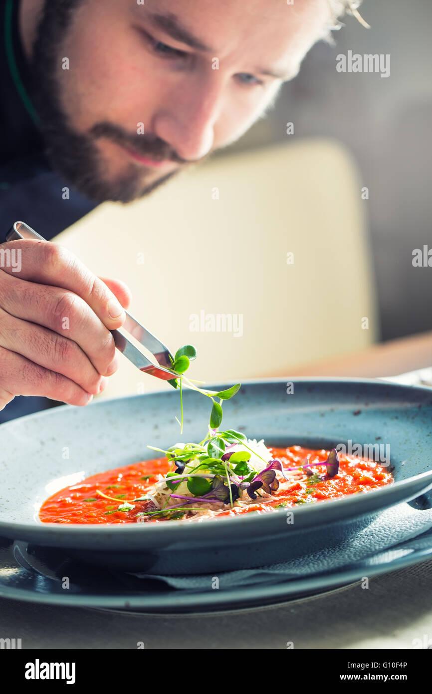 Chef de l'établissement hotel ou restaurant Cuisine Cuisine, seulement les mains. Il travaille sur l'herbe Photo Stock