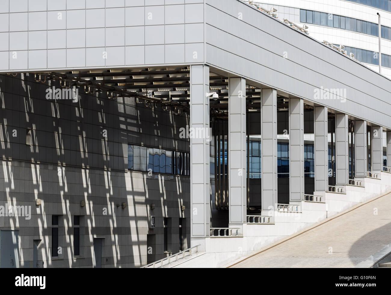 bâtiment industriel moderne avec une colonnade banque d'images