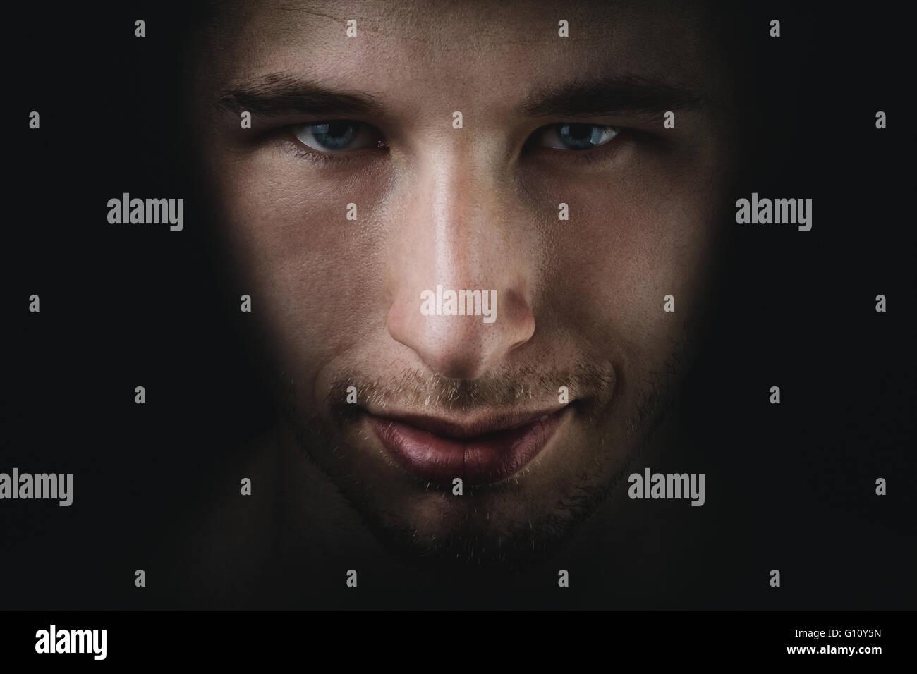 The young adult man fade portrait en noir Photo Stock