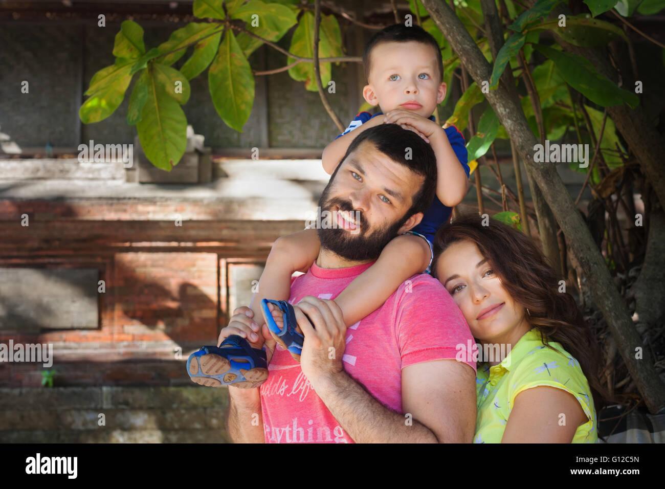 230b44f8a2cc Face portrait de famille belle - mère, père heureux holding baby son on  shoulders marcher