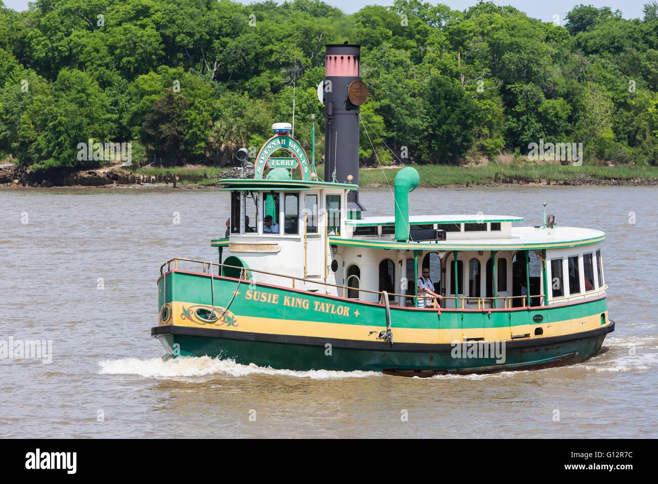 Savannah Belles bateau 'Susie King Taylor' traverse la rivière Savannah à Savannah, Géorgie. Photo Stock