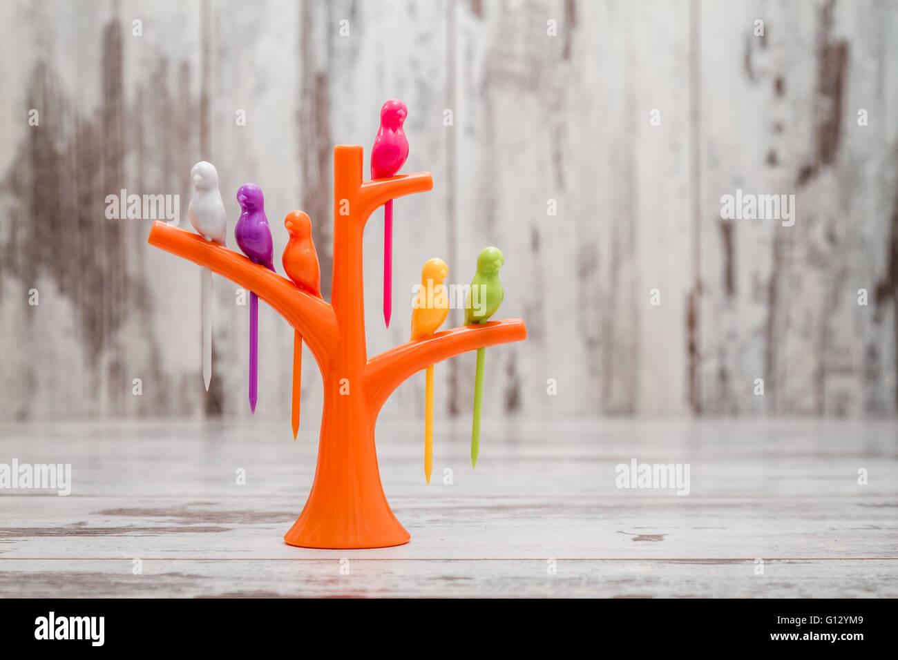 Cuisine créative de l'outil en plastique. Fruit ou dessert des cure-dents en forme d'oiseau sur un Photo Stock