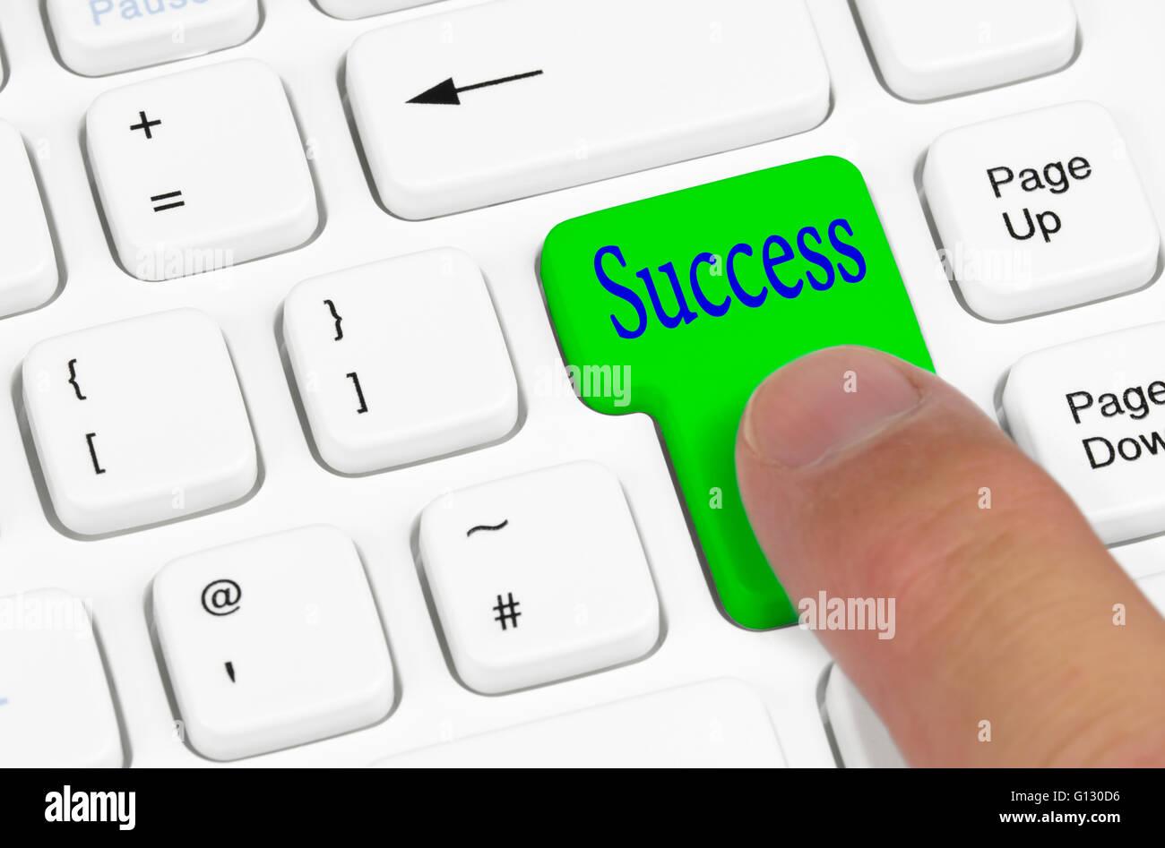 Concept de réussite. En appuyant sur le bouton d'un succès white clavier de l'ordinateur. Banque D'Images