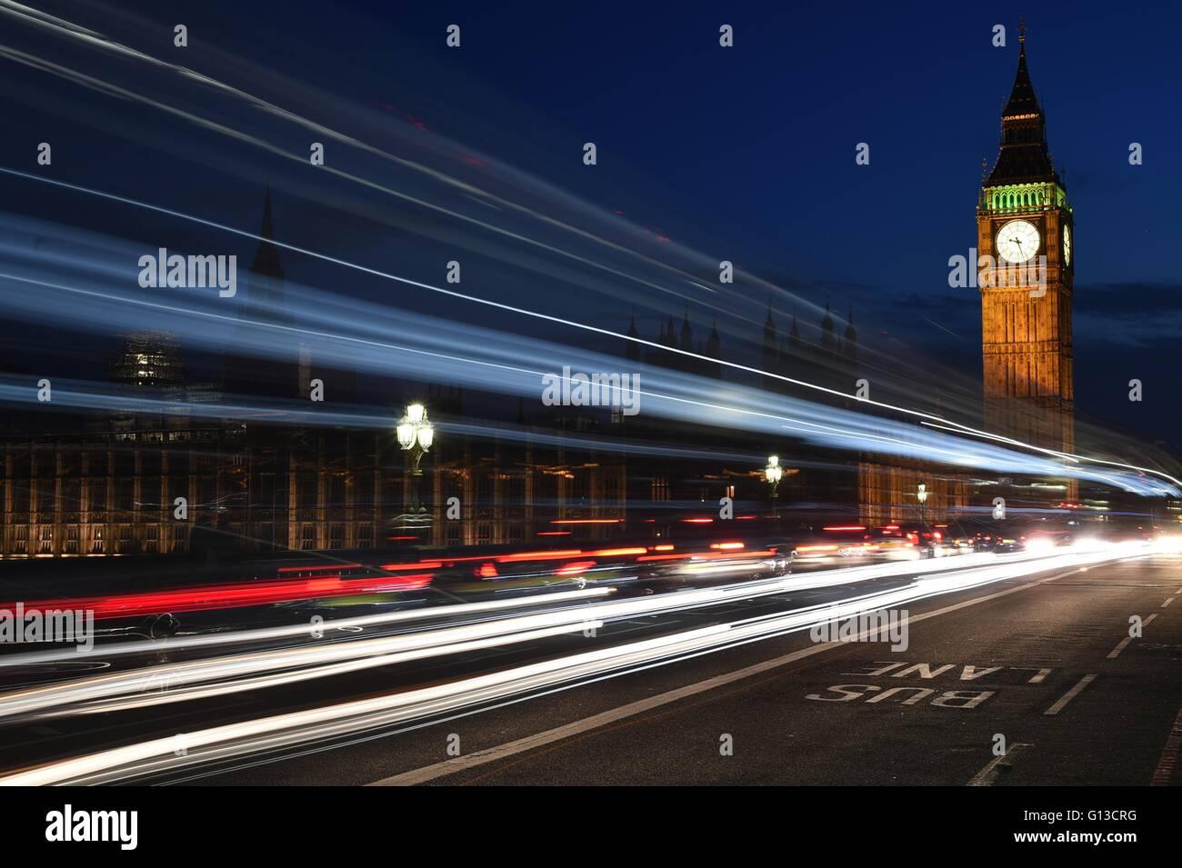 Une photo de nuit de l'abbaye de Westminster, le Big Ben et London traffic light trails Photo Stock