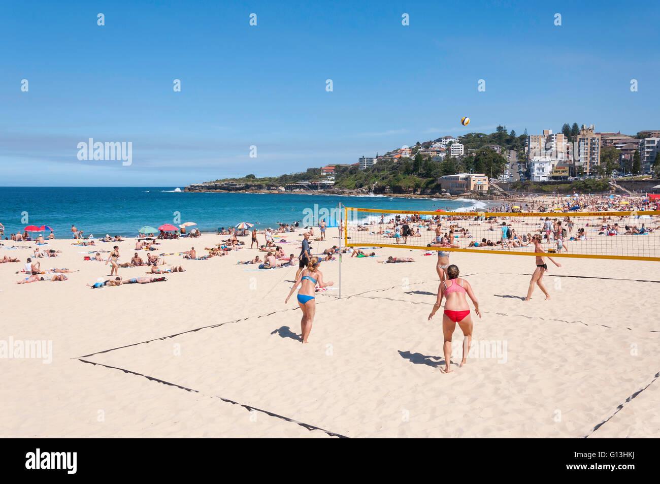 Femmes jouant au beach-volley sur Coogee Beach, Bondi Junction, Sydney, New South Wales, Australia Photo Stock