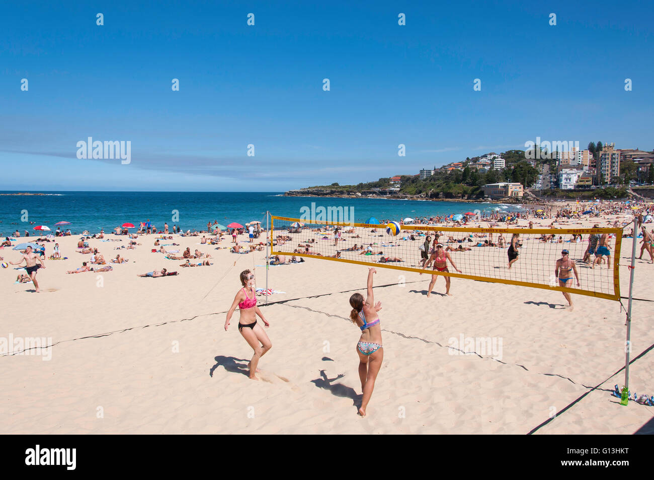 Femmes jouant au beach-volley sur Coogee Beach, Bondi Junction, Sydney, New South Wales, Australia Photo Stock